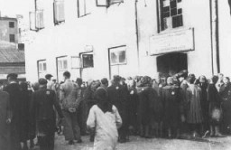 "<p>Jews in the <a href=""/narrative/2152/en"">Lodz</a> ghetto line up outside the labor office of the <a href=""/narrative/4696/en"">Jewish council</a> in the hopes of finding employment outside the ghetto. Lodz, Poland, between 1941 and 1943.</p>"