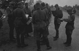<p>Officiers allemands examinant leurs ordres lors de l'invasion de l'Union soviétique en 1941.</p>