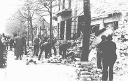 Judíos obligados a sacar escombros de las calles luego del bombardeo de Belgrado.