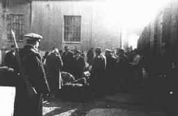 Judíos procedentes de Macedonia y Tracia, ocupadas por los búlgaros, durante su deportación a Lom desde la fábrica de tabaco ...