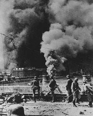 <p>Pasukan Jerman saat serangan militer di Rotterdam selama Operasi Militer Wilayah Barat. Rotterdam, Belanda, Mei 1940.</p>