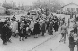 <p>Deportação de judeus na cidade de Koszeg, na Hungria, no mês de julho de 1944.</p>