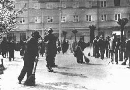 Gendarmes húngaros supervisan a un grupo de judíos que realizan trabajos forzados.