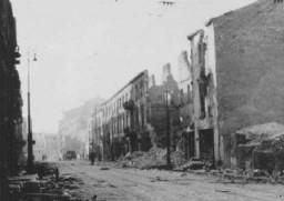 <p>Ruines du ghetto de Varsovie après la révolte du ghetto de Varsovie. Pologne, mai 1943.</p>