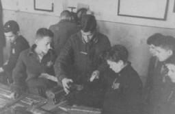 <p>Bir marangoz dükkanında zorla çalıştırılan çocuklar. Kovno gettosu, Litvanya, 1941–1944 arası.</p>