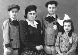 <p>一个匈牙利犹太家庭的家庭成员照。就在这张照片拍摄后不久,他们就被驱逐到奥斯威辛并在那里遇害。拍摄地点:匈牙利,卡普瓦 (Kapuvar),拍摄时间:1944 年 6 月 8 日。</p>