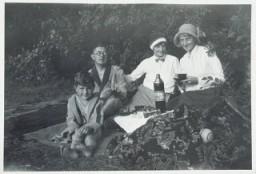 <p>Фриц Глюкштайн (слева) на пикнике с семьей в Берлине, Германия, 1932год. Отец Фрица был евреем — он посещал службу в либеральной синагоге, — а мать была христианкой. По Нюрнбергским законам 1935года Фриц являлся полукровкой (нем. Mischling), однако, из-за того что его отец был членом еврейской религиозной общины, Фрица сочли евреем.</p>