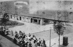 Judíos llevando su equipaje a un punto de reunión antes de ser deportados al campo de Westerbork.