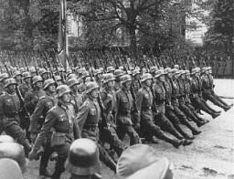 <p>Γερμανοί στρατιώτες παρελαύνουν μέσα από τη Βαρσοβία μετά την παράδοση της Πολωνίας. Βαρσοβία, Πολωνία, 28-30 Σεπτεμβρίου 1939.</p>