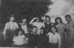 Jóvenes refugiados judíos, en una ruta de escape de Francia a Suiza, en un hogar para niñas de la Sociedad de Ayuda para los Niños ...