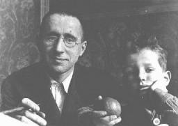<p>برتولت برشت (سمت چپ)، نمایشنامهنویس و شاعر مارکسیست و از مخالفان سرسخت نازیها بود. او کمی پس از به قدرت رسیدن هیتلر از آلمان گریخت. در این عکس برشت به همراه پسرش، استفان دیده میشود. آلمان، ۱۹۳۱.</p>