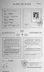"<p>""Kartu pass protektif"" Swedia dikeluarkan untuk Lili Katz, seorang Yahudi Hungaria. Dokumen ini diparaf oleh Raoul Wallenberg (kiri bawah). Budapest, Hungaria, 25 Agustus 1944.</p>"