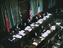 <p>المحكمة العسكرية الدولية كانت محكمة مشتركة بين حكومات الحلفاء المنتصرة. وتظهر في الصورة الأعلام السوفيتية والبريطانية والأمريكية والفرنسية خلف منصة القضاة.</p>