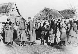 Des soldats allemands expulsent les habitants polonais de la zone de Zamosc.