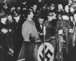 <p>جرمن پراپیگنڈا وزیر جوزف گوئبلز کا کتابوں کو نذر آتش کرنے کی رات پر خطاب۔ برلن، جرمنی، 10 مئی، 1933 ۔</p>