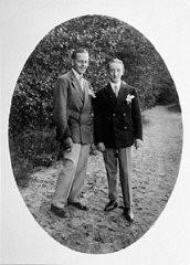 """<p>Retrato de um casal homossexual. Berlim, Alemanha. Foto tirada por volta de 1930.</p> <p>A ideologia nazista identificou uma grande variedade de inimigos, e engendrou uma perseguição sistemática contra eles, com o consequente assassinato de milhões de pessoas, tanto judias quanto não-judias. Os nazistas se apresentavam como os defensores da moralidade para extirpar o """"vício"""" da homosexualidade da Alemanha de forma a auxiliar a vitória na luta racial. Logo que tomaram o poder, em 1933, os nazistas intensificaram a perseguição aos homosexuais alemães do sexo masculino.</p> <p></p>"""