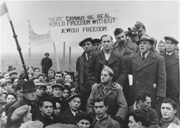 Refugiados judíos piden por la inmigración abierta a Palestina durante una visita de la Comision de Investigaciones Anglo-Americano.