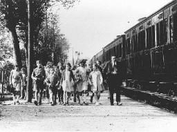 """Enfants et leur encadrement se rendant dans le camp d'été des écoles """"Morgenroyt"""", organisé par le Bund (Parti socialiste ..."""