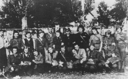 <p>أنصار يهود يتشكلون لالتقاط صورة جماعية في جبال الكاربات. تشيكوسلوفاكيا ، بين 1943 و 1945.</p>