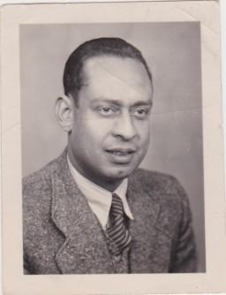 <p>صورة للدكتور محمد حلمي. كان حلمي طبيب مصري يعيش في برلين, وعمل مع السيدة فريدا شتورمان ، وهي امرأة ألمانية محلية ، للمساعدة في إنقاذ أسرة يهودية.</p>
