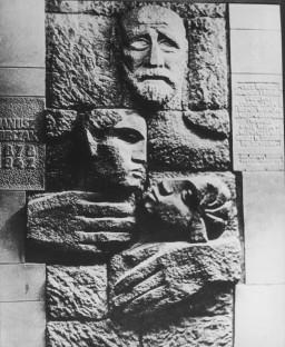 Sculpture memorializing Janusz Korczak
