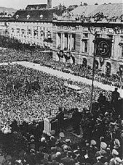 Hitler s'adresse à une foule enthousiaste sur l'Heidenplatz à Vienne après que l'Allemagne a annexé l'Autriche (l'Anschluss).
