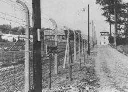 Buchenwald toplama kampındaki bir kule ve çitin görünümü.
