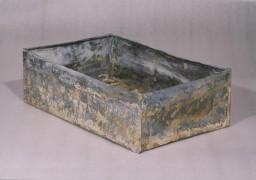 Metalowa skrzynia, w której ukryto zawartość archiwum Oneg Szabat