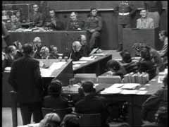 "<p>ھرمین گوئرنگ جرمن فضائیہ کا سربراہ تھا۔ وہ 22 بڑے مجرموں میں سے ایک تھا جن پر نیورمبرگ کی بین الاقوامی فوجی عدالت میں مقدمہ چلایا۔ یہاں گوئرنگ اپنے 31 جولائی 1941 کے اُس حکم کے بارے میں گواہی دے رہا ہے جس میں اُس نے مملکت کے سلامتی سے متعلق صدر دفتر کے سربراہ رائن ھارڈ ھیڈرش کو اختیار دیا کہ وہ ""یورپ میں یہودیوں کے مسئلے کو حل کرنے کیلئے"" منصوبہ بندی کرے۔ عدالت نے گوئرنگ کو ہر طرح سے مجرم پایا اور اسکو موت کی سزا دی۔ لیکن گوئرنگ نے پھانسی سے کچھ ہی پہلے خود کشی کرلی۔</p>"