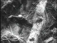 <p>Les forces japonaises s'emparèrent de l'archipel des Philippines entre décembre 1941 et mai 1942. Après la victoire navale américaine lors de la Bataille de Midway (juin 1942), les forces alliées prirent lentement la suprématie navale et aérienne dans la guerre du Pacifique. En octobre 1944, les forces américaines commencèrent la libération des Philippines. La campagne de Luzon, la plus grande et la plus au nord des îles de l'archipel, commença en décembre 1944. Ces images de la bataille montrent de nombreux soldats japonais faits prisonniers de guerre.</p>