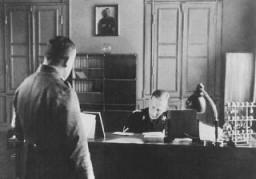 <p>El General de las SS Reinhard Heydrich en su oficina durante su cargo como jefe de la policía bávara. Múnich, Alemania, 11 de abril de 1934.</p>