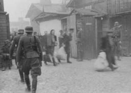 <p>Au cours de la révolte du ghetto de Varsovie, des soldats allemands raflent des Juifs dans des usines pour les déporter. Ghetto de Varsovie, Pologne, avril ou mai 1943.</p>