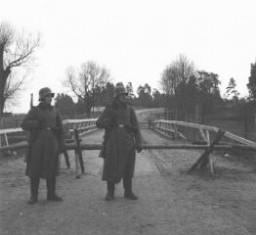 <p>Deux sentinelles allemandes montant la garde à Augustow sur la ligne de démarcation entre la Pologne occupée par les Soviétiques - et celle occupée par les Allemands. Septembre 1939.</p>