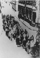 """Judíos del ghetto de Riga en el lado """"ario"""" de Riga."""