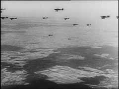 """<p>Les Junkers (Ju) 87, connu sous le nom de """"stukas"""" furent l'un des éléments décisifs du succès du Blitzkrieg (""""guerre étoile"""") lors de l'offensive à l'ouest de 1940. Ils appuyèrent de près les troupes allemandes opérant au sol, détruisant avions, terrains d'atterrissage et autres objectifs ennemis et semant la panique dans les arrières. Quoique lents et faciles à abattre par les chasseurs alliés, les stukas se révélèrent terriblement efficaces lors de l'invasion de la Pologne et de l'Europe occidentale, où les Allemands bénéficiaient de la suprématie aérienne. Ils provoquaient la terreur parmi les forces alliées opérant au sol, qui apprirent à reconnaître le sifflement caractéristique de leurs piqués. Ces images d'actualités allemandes montrent un raid de stukas pendant l'invasion allemande des Pays-Bas en 1940.</p>"""