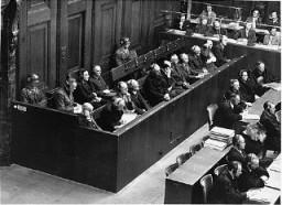<p>Обвиняемые на скамье подсудимых во время процесса над нацистскими судьями.</p>
