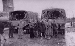"<p>Survivors of the <a href=""/narrative/3956/en"">Buchenwald</a> concentration camp gather around trucks carrying American troops. Germany, May 1945.</p>"