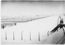 <p>Вид заснеженного лагеря Освенцим-Биркенау сразу после его освобождения. Освенцим, Польша, 1945 г.</p>