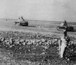 <p>Des Panzers du Corps expéditionnaire allemand en Afrique d'Erwin Rommel, pendant une avancée contre les forces armées britanniques. Libye, 1941-1942.</p>