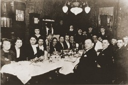 <p>A large family group celebrates the Passover seder. Lodz, Poland, ca. 1938-1939.</p>