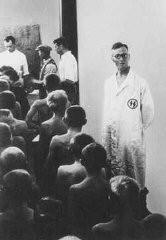 """Doctores de las SS examinan niños polacos juzgados de """"valor racial importante"""" para la adopción por alemanes."""