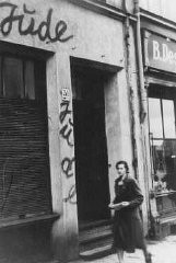 "<p>Antisemitic graffiti on a Jewish-owned shop that has been forced to close. <a href=""/narrative/5616/en"">Danzig</a>, 1939.</p>"