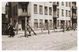 <p>Vista de la entrada al campo gitano en la calle Brzezinska en el gueto de Lodz. Lodz, Polonia, 1942.</p>