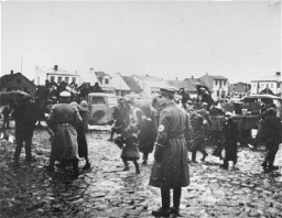 <p>German police round up Jews and load them onto trucks in the Ciechanow ghetto. Ciechanow, Poland, 1941-1942.</p>