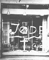 <p>Antisemitic graffiti on the window of a Jewish-owned store. Norway, wartime.</p>
