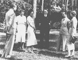 <p>أدولف هتلر (بالوسط) معية (من اليسار إلى اليمين): هاينس ريفنستال والدكتورة أبرسبرغ وليني ريفنستال ويوزف غوبلس وإلسي ريفنستال. ألمانيا, التاريخ غير محدد.</p>