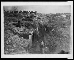 <p>A német csapatok által elfoglalt elhagyott brit lövészárok az I. világháborúban. Német katonák lóháton figyelik a terepet.</p>
