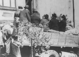 <p>تبعید آخرین ساکنان یهودی هوئنلیمبورک. آلمان، 23 آوریل 1942.</p>