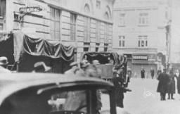Escena durante una redada de las SS en las oficinas de la comunidad judía de Viena.