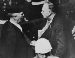 Joachim von Ribbentrop (ministro de Relaciones Exteriores de Alemania de 1938 a 1945) habla con su abogado, el Dr.